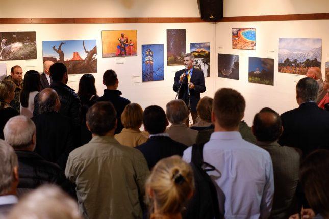 Alfredo se dirige a los asistentes para presentar su exposición y agradecer su asistencia